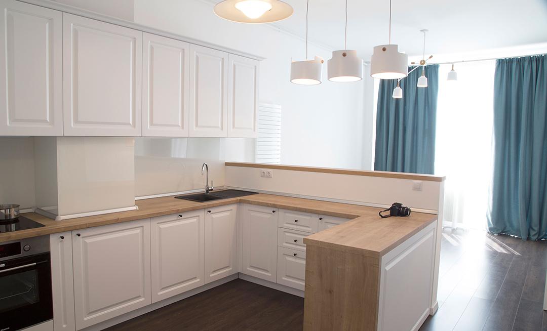 design-interior-bucatarie-amenajare-apartament-vedere-de-la-intrare