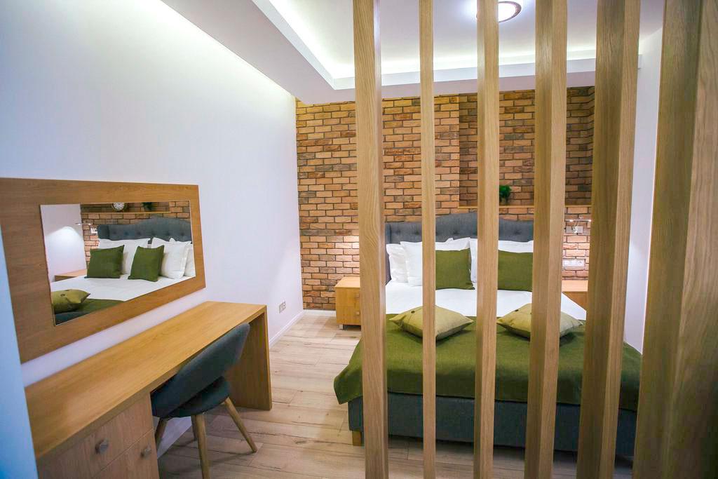 design-interior-living-apartament-cu-o-camera-despartire-vizuala-intre-dormitor-si-living