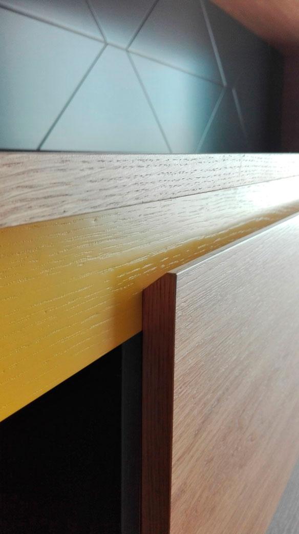 textura si pata de culoare galbena